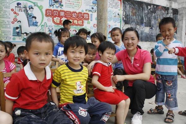 图为农冰艳和贝贝幼儿园的小朋友们。 经过7年的发展,她拥有了两个幼儿园,小朋友从最初的12人增到530多人,老师从1人增到40人。对于她的幼儿园,许多家长说:把孩子送到贝贝幼儿园,我们放心。 开办幼儿园一路坎坷,面临问题多如牛毛,但是她咬紧牙关一一克服,只为实现自己想要当孩子王的理想。 她就是天等县贝贝幼儿园创办人农冰艳。 学到本领为创业 1997年7月,天等县天等镇丽川村妹子农冰艳从广西幼儿师范学校毕业后,于1998年9月应聘到深圳市甜甜幼儿园当幼教。白天,她虚心向园长和同事们学习教学方法。没课